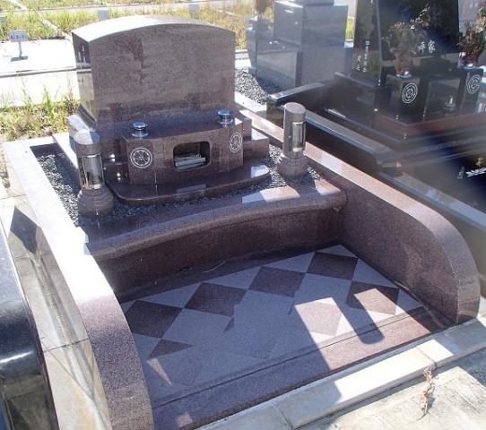 マホガニー(赤茶)で穏やかで深みのあるデザイン墓