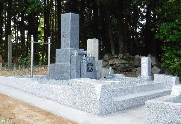 丸く面取りをして優しい雰囲気を出した大阪型石碑