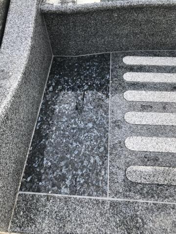 曲線をあしらえ柔らかな雰囲気で統一したデザイン墓