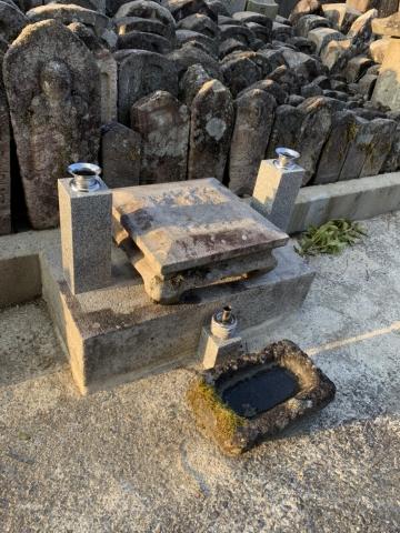 村墓地の無縁塚の整理